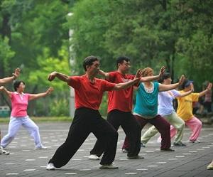 Deze afbeelding heeft een leeg alt-atribuut; de bestandsnaam is tai-chi-exercise-park-bijgesneden-300.jpg